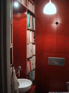SdB avec toilettes et étagère en Fincof